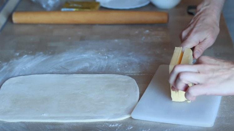 Пачку масла вдоль разрезаем на две части.