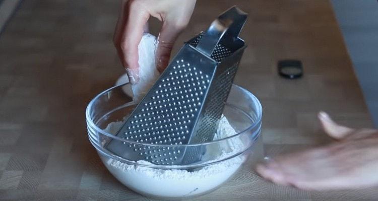 Холодное сливочное масло натираем на терке прямо в муку.
