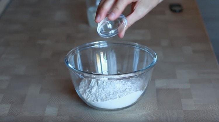 Муку соединяем с солью.
