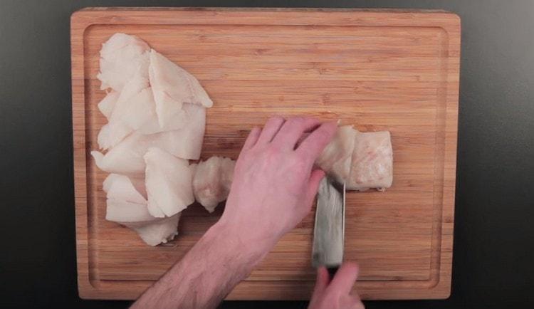 Нарезаем кусочками филе трески.