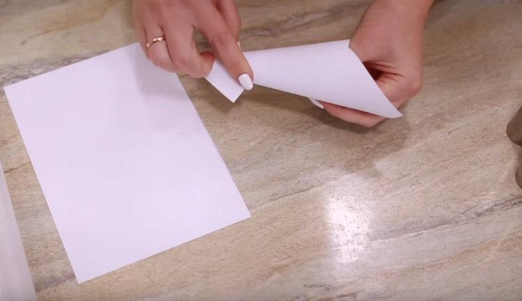 Кусочки бумаги сворачиваем в конусы.