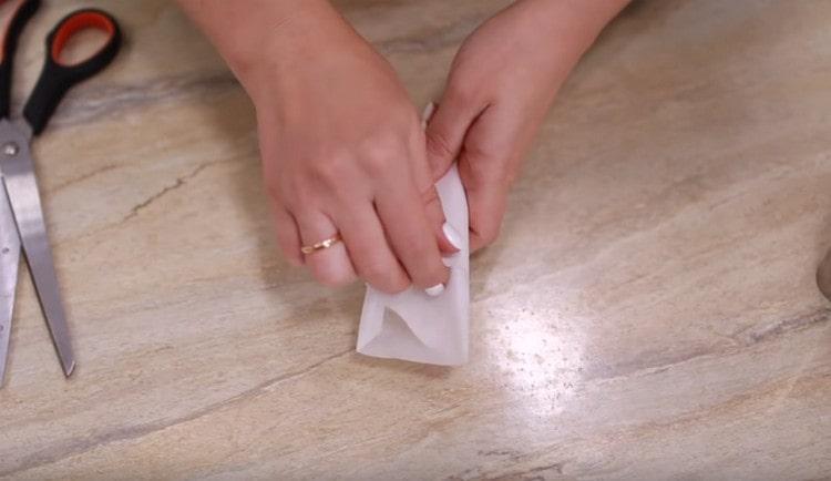 Оборачиваем полученную форму кусочком пергамента.