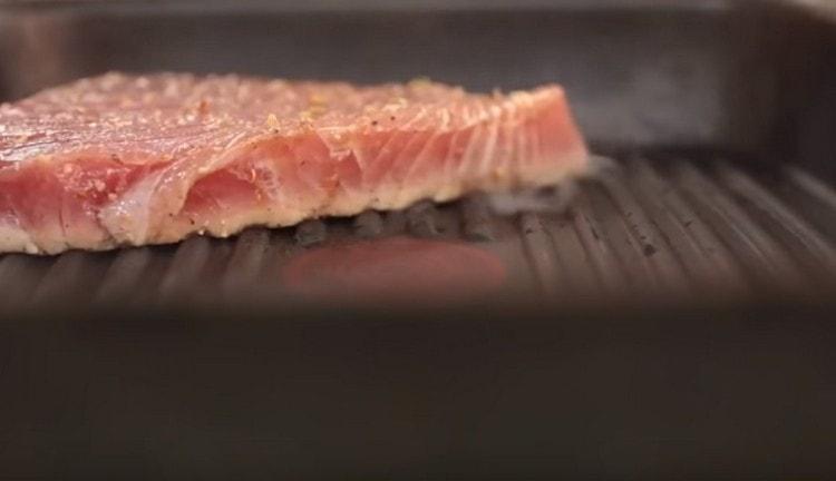 Выкладываем стейки на разогретую сковороду и жарим по полторы минуты с каждой стороны.