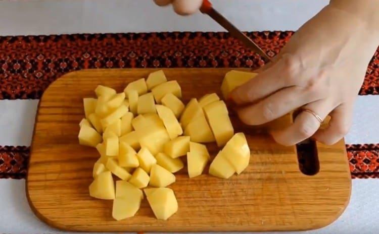 Картофель очистить и нарезать кубиками..