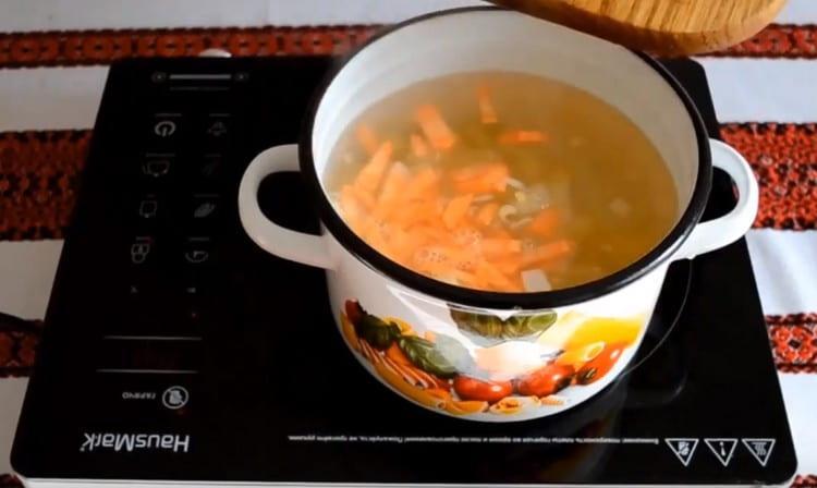 В воду добавить картофель, лук, морковь.