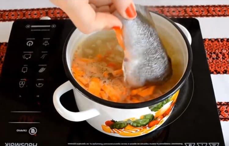 Когда овощи будут готовы, выложить в кастрюльку окуней.