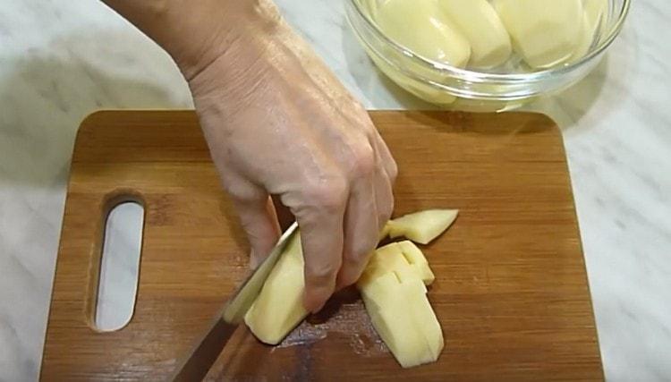 Нарезаем кубиком картошку.