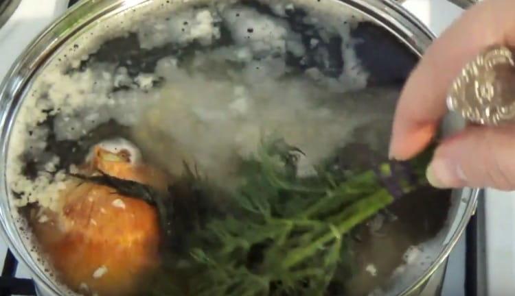 В бульон добавляем целую луковицу и пучок укропа.