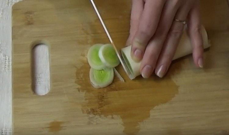 Нарезаем лук-порей.