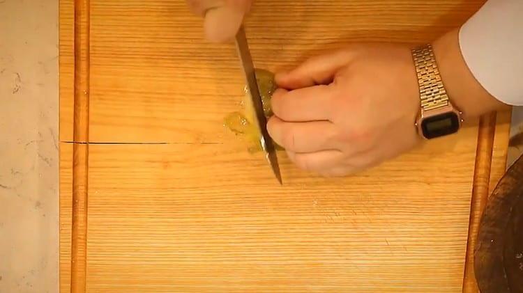 Тоненькой соломкой нарезаем маринованные огурцы.