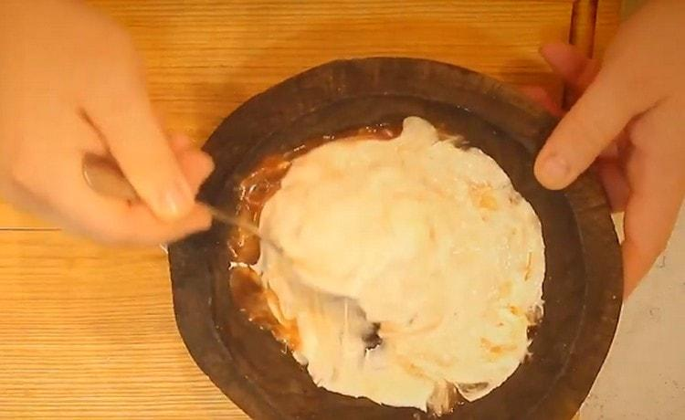 Перемешиваем майонез. кетчуп, огурцы со сметаной и получаем соус.