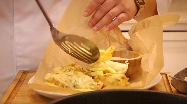 Подаем филе трески в кляре вместе с картофелем фри и соусом.