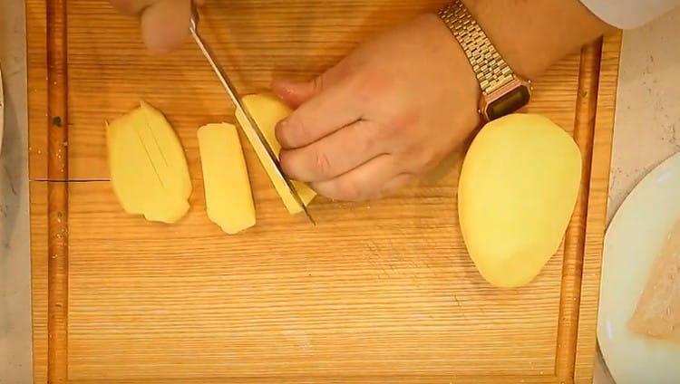 Нарезаем картофель для приготовления фри.
