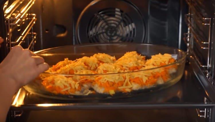 Отправляем форму в духовку, чтобы сыр расплавился.