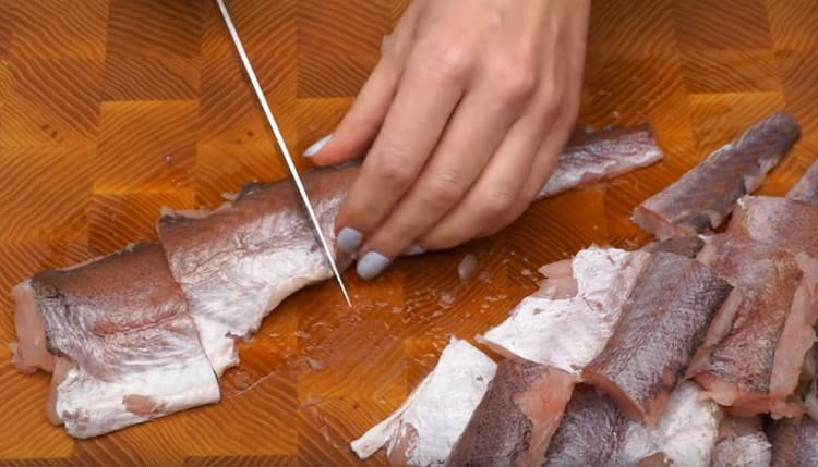 Чистим и нарезаем филе хека на порционные кусочки.
