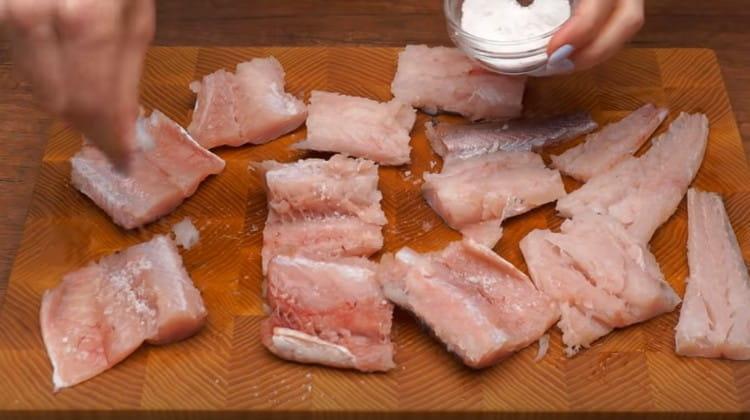 Солим и перчим кусочки рыбы.