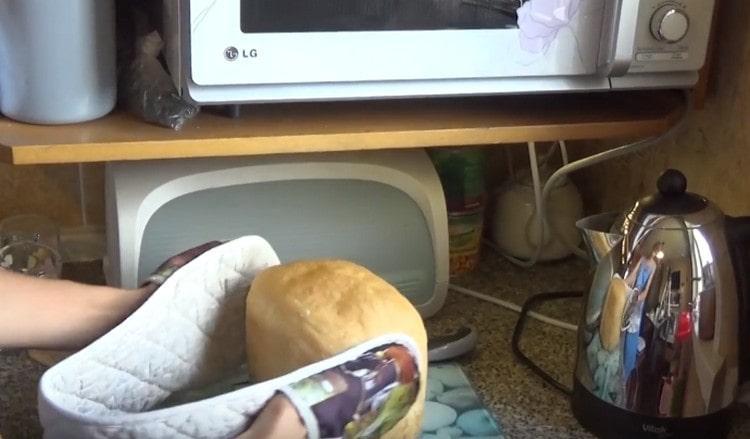 Французский хлеб в хлебопечке получился вкусным и ароматным.
