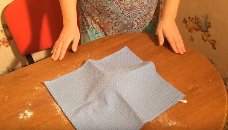 Готовое тесто накрываем полотенцем либо салфеткой.