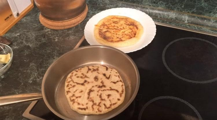 Хачапури на кефире готовим на сухой сковороде.