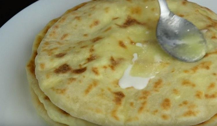 Готовые хачапури обычно смазываем растопленным сливочным маслом.