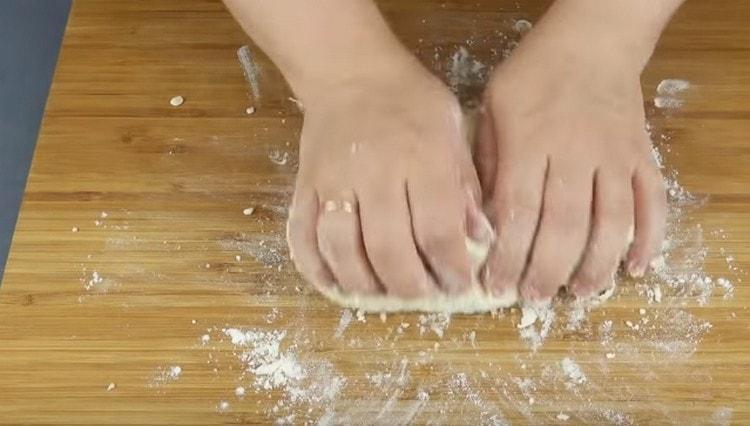 Хорошо вымешиваем тесто.