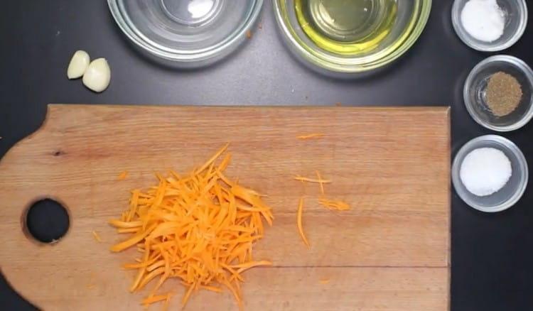 На терке для корейской моркови натираем морковь.