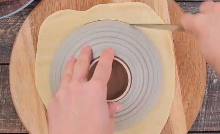 Раскатываем тесто, вырезаем из него круг.