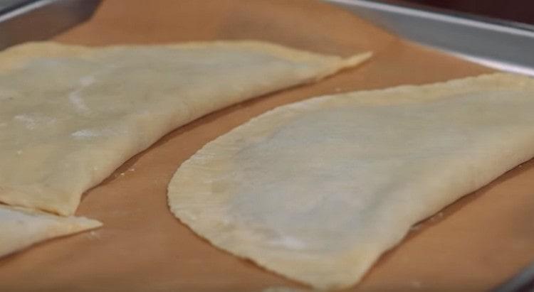Выкладываем заготовки на застеленный пергаментом противень и отправляем в холодильник.