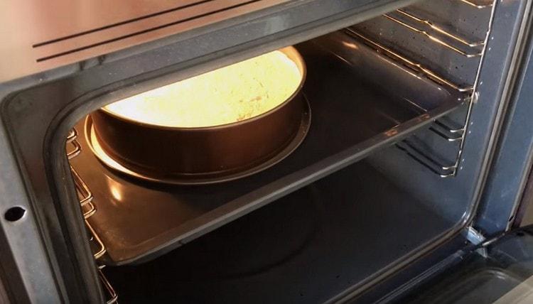 Отправляем чизкейк в духовку.
