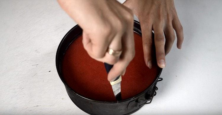Готовый десерт аккуратно отделяем ножом от бортиков формы и убираем их.