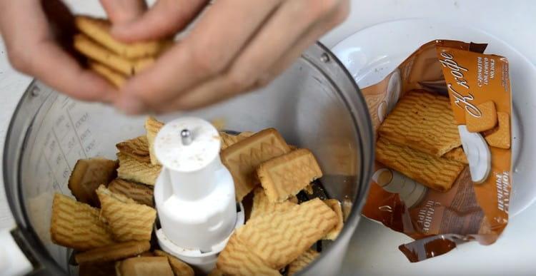 Печенье выкладываем в блендер и измельчаем в крошку.
