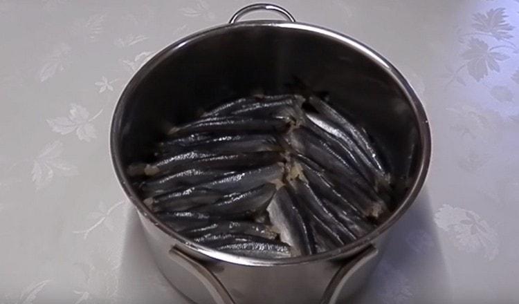 Формируем два слоя рыбы.