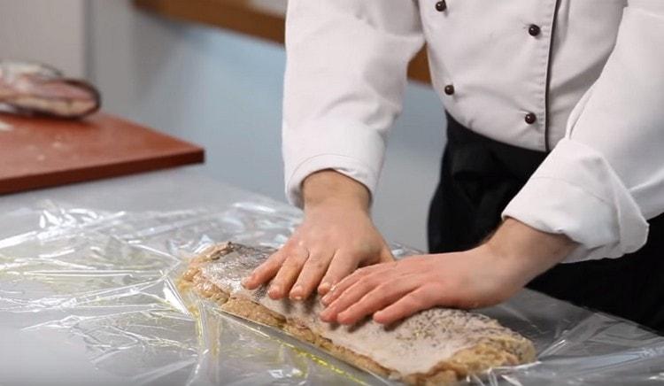 Выкладываем щуку на смазанный оливковым маслом рукав для запекания, кожу сверху тоже смазываем маслом.