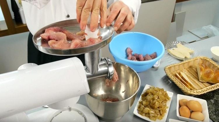 Через мясорубку пропускаем филе щуки, обжаренный на сковороде лук, а также заранее замоченный в воде белый хлеб.