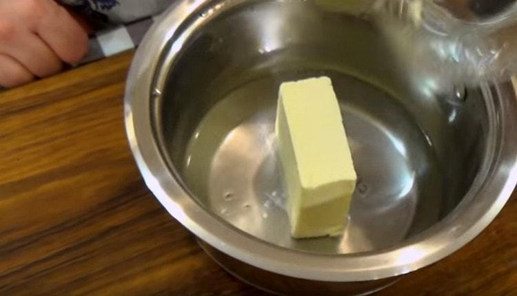 В воду добавляем сливочное масло, а также соль.