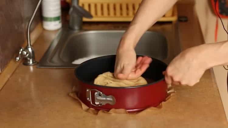 Для приготовления бананового чизкейка выложите тесто в форму
