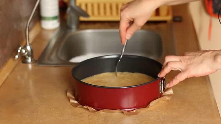 Для приготовления бананового чизкейка проткните корж ниткой