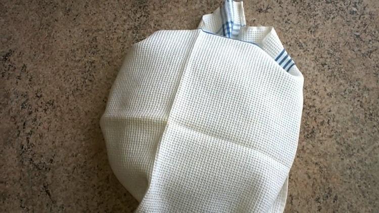 Для приготовления бездрожжевого хлеба в мультиварке подготовьте полотенце
