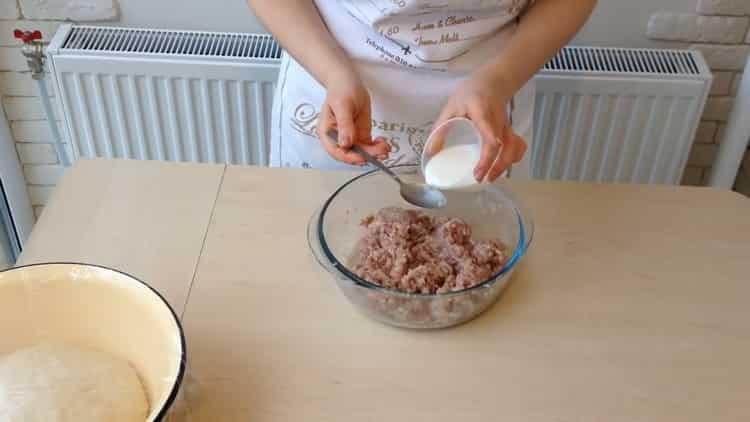 Для приготовления беляшей с фаршем по простому рецепту смешайте все ингредиенты