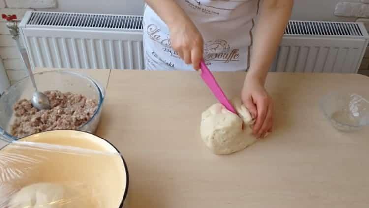 Для приготовления беляшей с фаршем по простому рецепту нарежьте тесто