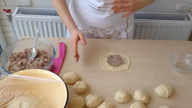 Для приготовления беляшей с фаршем по простому рецепту выложите на тесто начинку