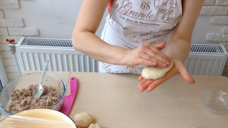 Для приготовления беляшей с фаршем по простому рецепту раскатайте лепешку