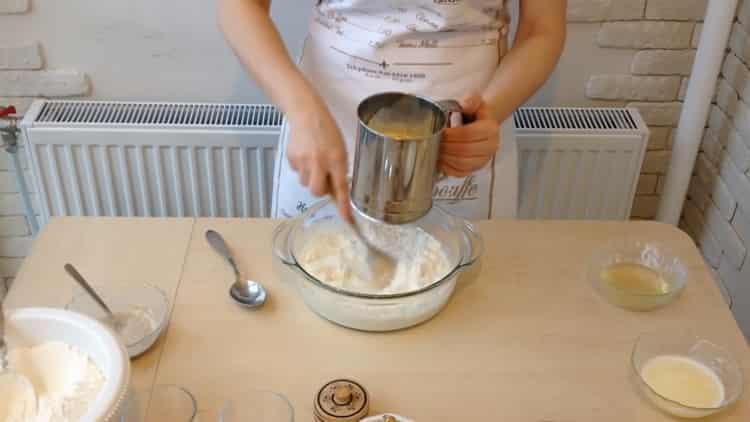 Для приготовления беляшей с фаршем по простому рецепту просейте муку