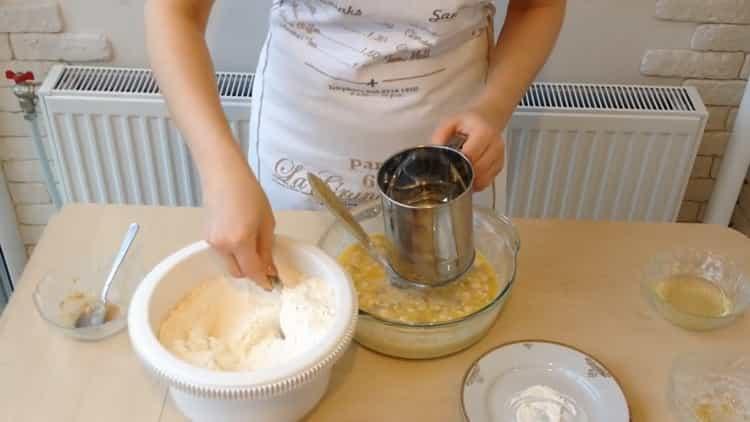 Для приготовления беляшей с фаршем по простому рецепту добавьте масло