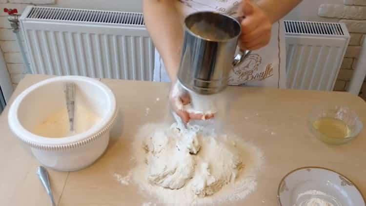 Для приготовления беляшей с фаршем по простому рецепту замесите тесто