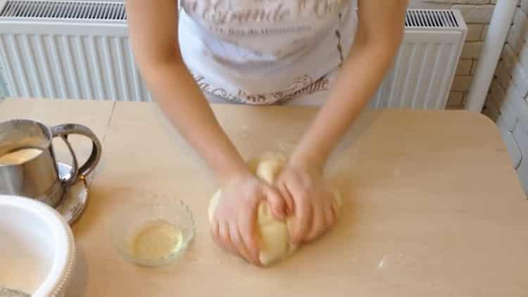 Для приготовления беляшей с фаршем по простому рецепту промесите тесто