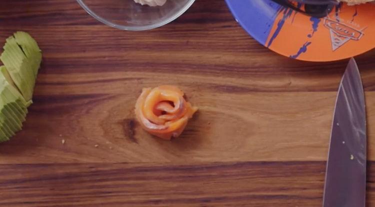 Для приготовления брускетты с лососем, сделайте розу