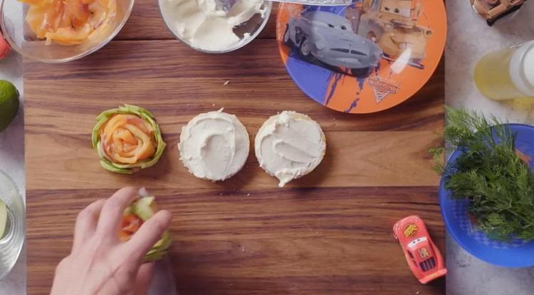Для приготовления брускетты с лососем, смажьте хлеб сыром