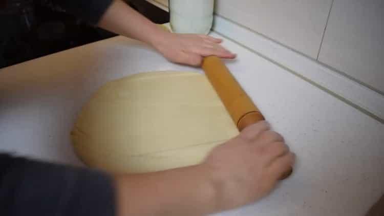 Для приготовления булочек с корицей из слоеного теста раскатайте тесто