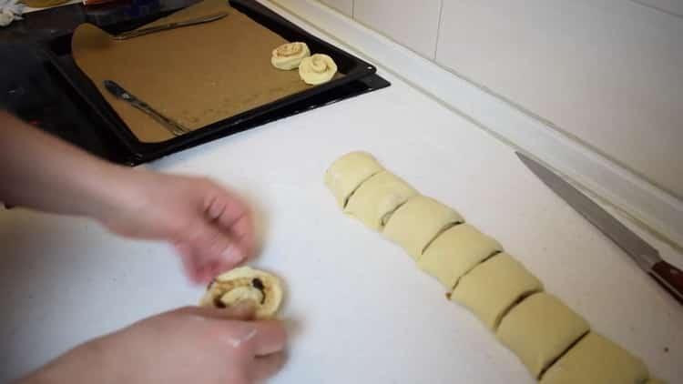 Для приготовления булочек с корицей из слоеного теста подготовьте противень